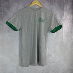 Camiseta New Era Boston Celtics Stripe Piping. Manga corta, color gris.