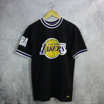 Camiseta Los Angeles Lakers New Era negra con aplique extragrande y manga corta con puño a rayas,